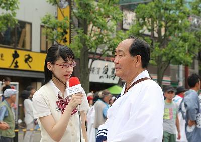 本編の1つである「久喜提燈祭り」の紹介で、田中暄二 久喜市長にインタビューを行う鶴巻星奈さん。 本編は、この他にも「久喜の梨」や「鷲宮神社」など計8本の作品が制作されました