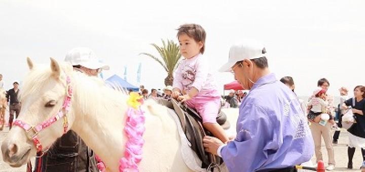 ポニーのレースもあり、子供たちを乗せる乗馬体験会も行います