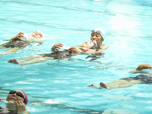 水辺の安全教室も実施し、全員でペットボトル浮きも体験しました