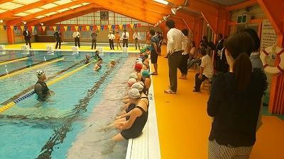 リニューアルオープンを記念して開催された、中村真衣さんの水泳教室の様子。写真左上の角にジャグジープールが設置されています