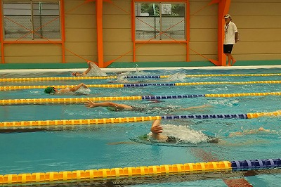 海洋センターのプールで力泳する、「第9回近代3種大会 in木曽」に参加した子供たち
