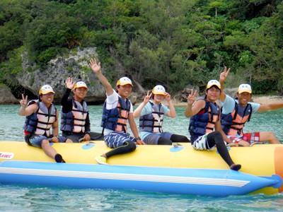マリンスポーツの楽しさを広めることがB&G指導者の大きな仕事。 厳しい日々を送る沖縄の指導者養成研修ですが、オフには笑顔で海に親しみます