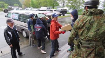 先遣隊の職員は、地元の皆さんとともに全国から寄せられた救援物資の搬送に励みました