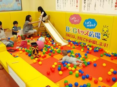 北海道の積丹町B&G海洋センターでは、体育館のロビーを改修して「キッズスペース」を設置。子供同士のみならずママさんたちの交流も進んでいきました
