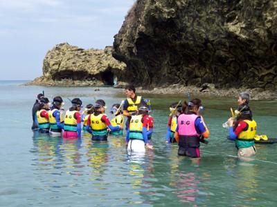 B&G財団のスタッフからシュノーケリングの仕方を教わる子供たち。海と触れ合いながら、さまざまな学びを体験していきます