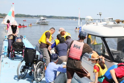 インクルーシブな水辺のイベント「誰でも楽しもう霞ヶ浦」の様子。 地元のB&G土浦海洋クラブが協力団体の1つとして運営に努めています