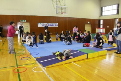 B&G財団の支援を受けて「ちびっ子運動遊び教室」を実施する海洋センター。 普段、施設を利用しない親子が集まって交流を深めました