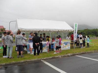 あまり天気はよくありませんでしたが、子供たちは熱心に飲み物の販売に励みました