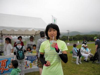 スぺシャルゲストの谷川真理さんにもお買い上げいただきました。 真理さん、お味は? 「初めて味わうジュースです!」