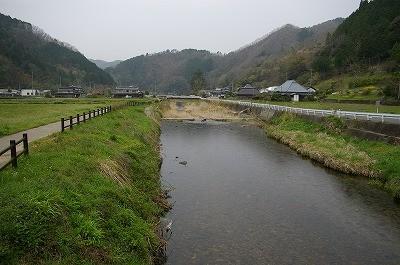 一見、どこにでもあるような風景ですが、中央を流れる河会川周辺はホタル舞う里として知られています