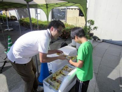 被災地の視察では、チョコレートの支援物資を避難所で配布しました