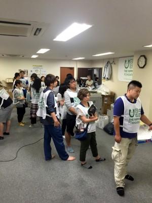 支援センターのオフィスには多くのボランティアが集まってきました