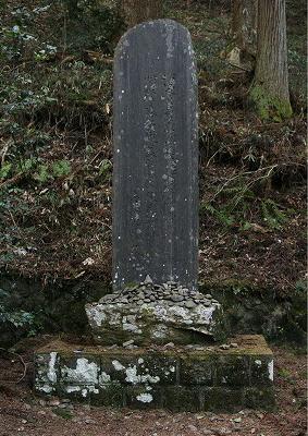 大伴家持が宣命に応じて詠んだ歌は、産金地にある黄金山神社の境内の碑に刻まれています