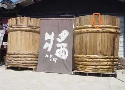 完成した木桶。これから醤油樽として使われます(矢印がタガです)