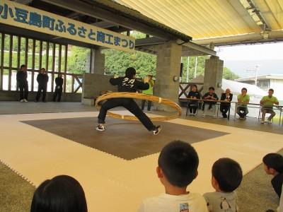小豆島町商工まつりのイベント会場で開催されたプレ大会の様子。 50名ほどの参加者を集めて盛り上がりました