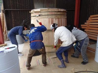 木桶にタガを巻いて締めていく作業。伝統技術は後世に伝えていきたいものです
