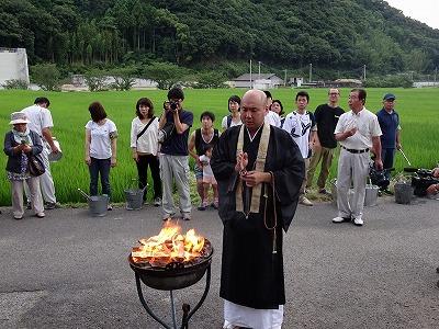 虫塚で稲の虫を供養する、小豆島八十八ケ所霊場46番 多聞寺の住職
