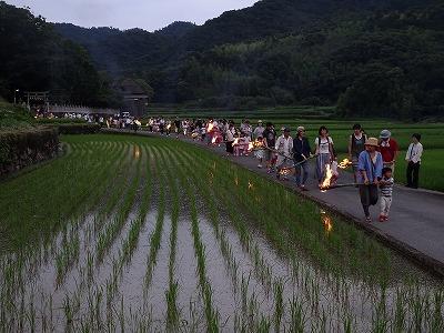 神社から約1km先の伝法川にかかる蓬莱橋まで、火手を持ってゆっくり歩いていきます