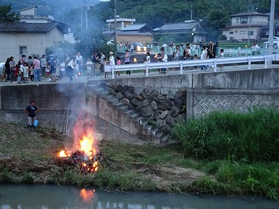 目的地の「蓬莱橋」で火手を投げ入れて燃やします。昔は村々のリレーで海まで行きましたが、地区の独自開催になった現在はここで終点です。これで今年の風物詩の1つ、虫送りが無事終わりました