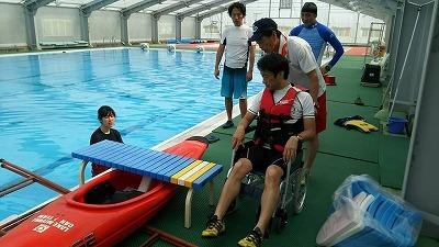 6月18日、関東各地のB&G指導者が集まって車椅子からカヌーに乗る補助方法が試されました