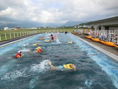 ライフジャケット浮遊体験も実施。浮かぶだけでは物足らず、みんな泳いでいます!