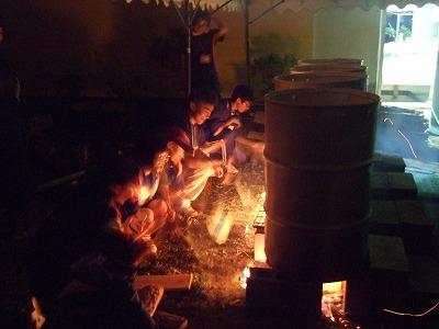 4つのドラム缶を並べて、一斉に火をおこしました。壮観ですね