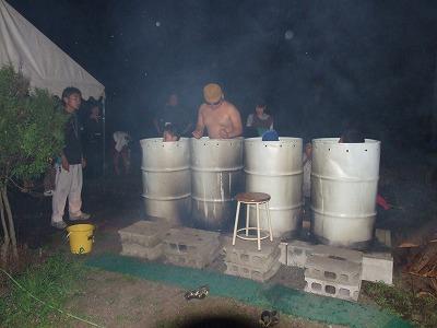 キャンプの宿営地に4つ並べたドラム缶風呂。星空のもとで夢が広がります