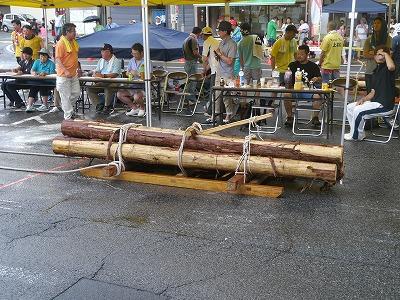 丸太を木馬に乗せた重さの合計は330kg。太い縄を引いて道を滑らせながら運びます