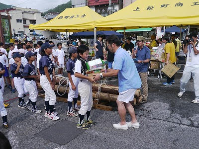 たくさんの賞品を手にする少年野球のチーム。これからも、伝統のイベントで元気なまちづくりを推し進めていきます!