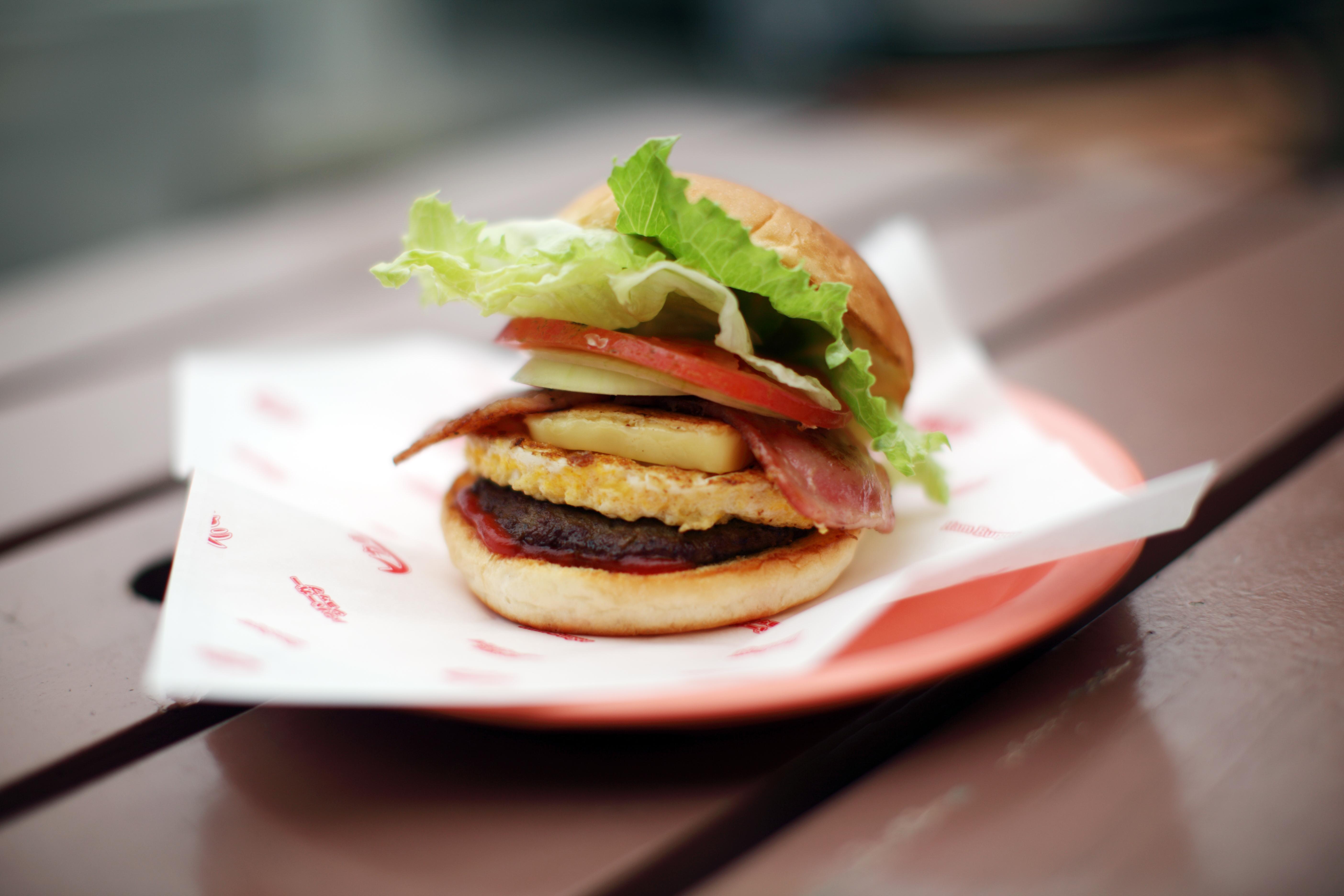 ボリューム満点の佐世保バーガー。こちらも一度は食べてみたい佐世保自慢のご当地グルメです。写真:©佐世保観光コンベンション協会
