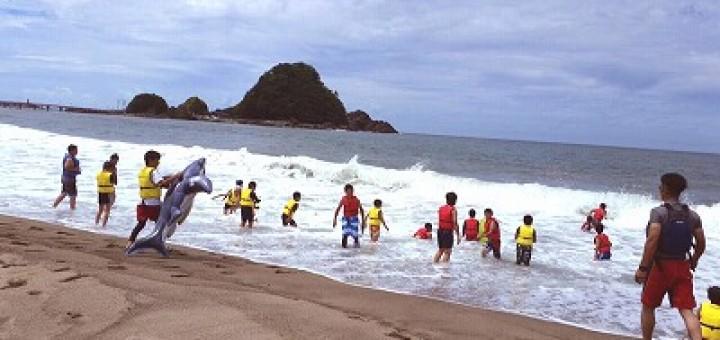 一見、普通の海水浴。でも、よく見てください。皆、ライフジャケットを着用して我が身の安全をしっかり守っています
