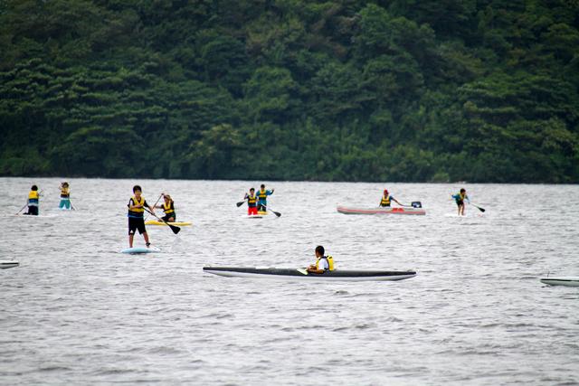 マリンスポーツの体験会で賑わう湖山池