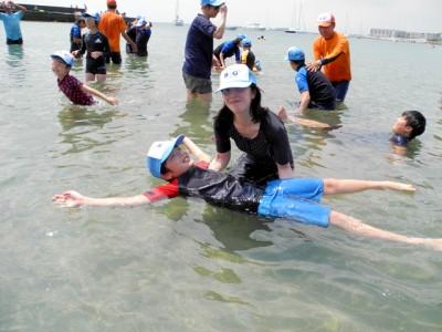 水辺の安全教室を実施。親子で背浮きを体感!