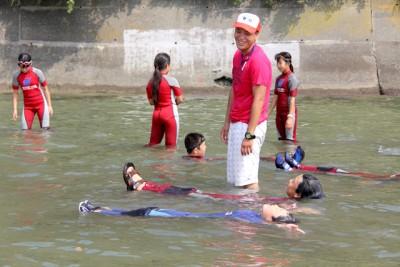 水辺の安全教室で子供たちに背浮きを指導する私。水辺の遊びを安全に楽しんでほしいと願っています