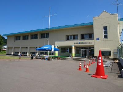 会場となった積丹町B&G海洋センター体育館。災害時に実際に使う、「避難所」と書かれた大きな赤いコーンが置かれています