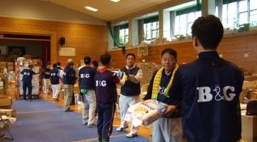 第1回ボランティアは雨脚が強く屋内作業に。中学校の体育館再開に向けた作業となりました