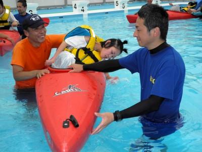 水面をパシャパシャと叩きながら体験を楽しむ参加者