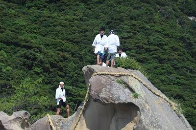 珍宝岩に集まった有志の皆さん。これから海に飛び込みます!
