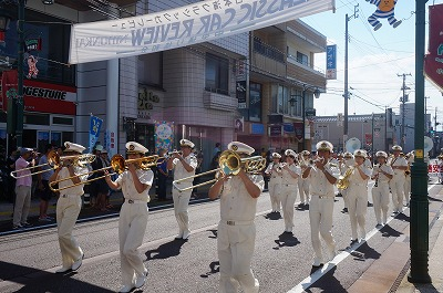 音楽隊を先頭に行われた交通安全市内パレード