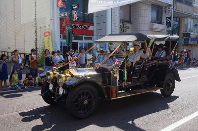 市内をパレードする超クラシックな自動車。乗っている人たちは皆、ご満悦の様子です