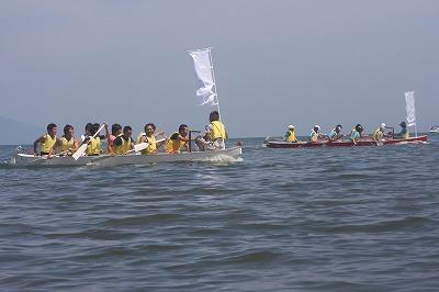 掛け声に合わせて力漕する参加チームの皆さん。広大な湖で爽やかな汗をかいています