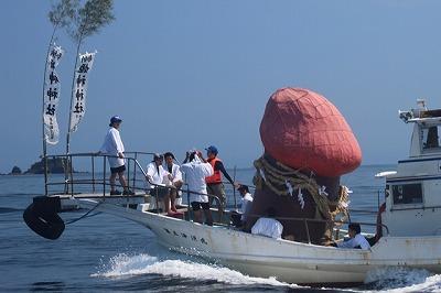 船に乗せたご神体が牟岐大島をめざします。周囲には伴走船がたくさん集まっています