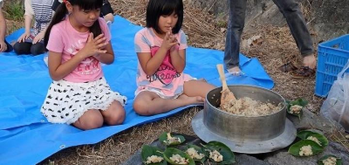 お盆になると、河原で五目飯を炊いて無縁仏にお供えする「川めし」。江戸時代から綿々と続いている、町の伝統行事です