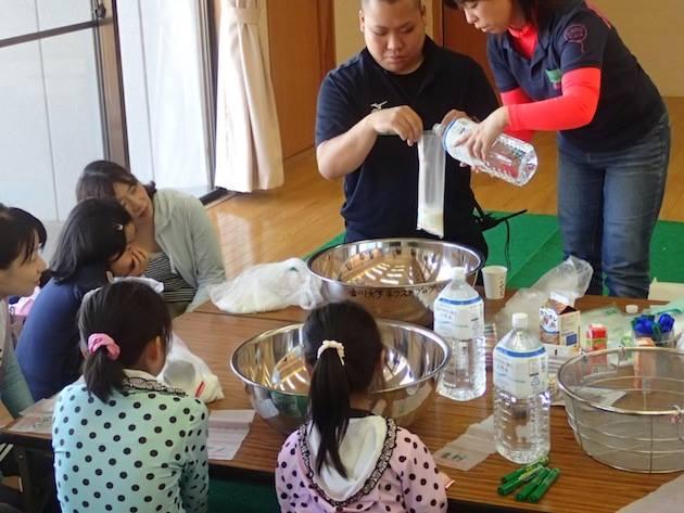 ビニール袋にお米と飲料水を入れますが、梅干しやケチャップなどを入れて好みの味付けも楽しめます