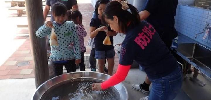 水とお米をビニール袋に入れ、沸騰した鍋のなかに入れてご飯を炊きます。子供たちは興味津々の様子!