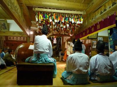 メイン会場の亀山八幡神社では、奉納神楽が行われます