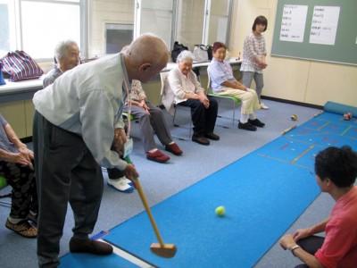 最後はお楽しみのゲートボールゴルフ! 比較的、女性は勢いで、男性は慎重に点数を狙っている傾向にありました(笑)