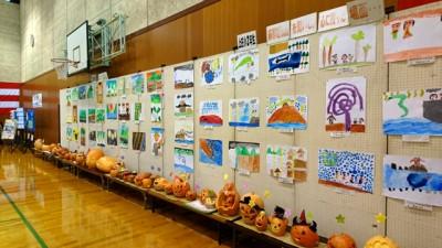体育館の壁にずらりと掲げられた児童の絵や工作物。 ここがスポーツ施設であることを忘れてしまいます