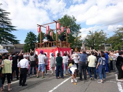 お寺の境内でも公共広場でもありません。地域コミュニティの新たな中心地であるという多くの意見をもとに、海洋センターの駐車場でお祭りが開かれました