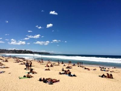 強いコントラストに彩られたオーストラリアのビーチ。老若男女が自由奔放に海を楽しんでいます